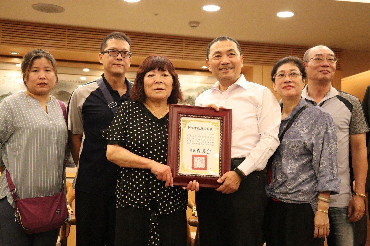 新北市長侯友宜頒獎給新北市民張美麗(左三)。記者胡瑞玲/攝影