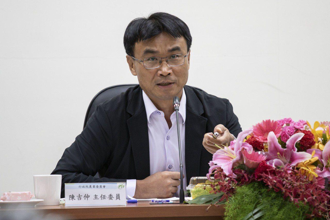 農委會主委陳吉仲表示,現階段廚餘養豬經過一小時、90度高溫的蒸煮就是安全的,可以...