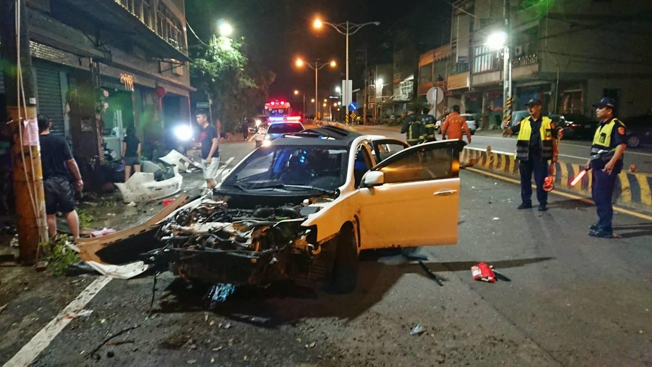 高雄燕巢區深興路今天凌晨發生自撞車禍。記者林伯驊/翻攝