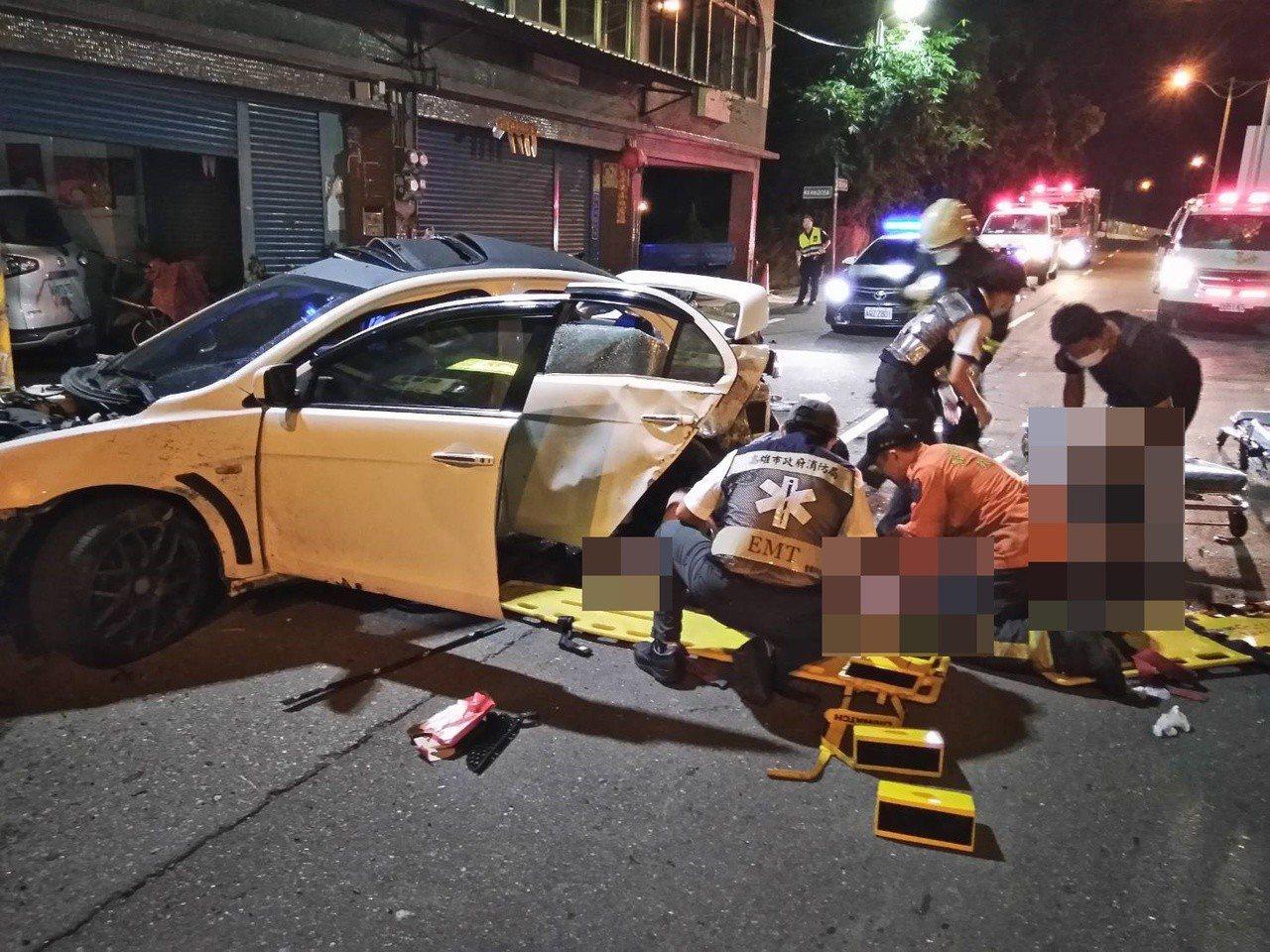 轎車內共3人皆受傷。記者林伯驊/翻攝