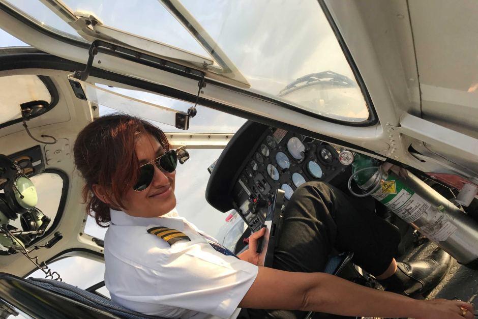 匹雅.阿迪海卡瑞擔任飛行員之前,曾當過空服員和選美佳麗。截自YouTube
