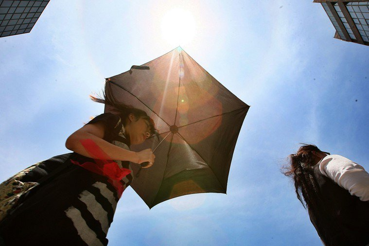 平日適時補水、避免於太陽直射下從事強度過高的活動,是避免脫水的好方法。本報資料照...