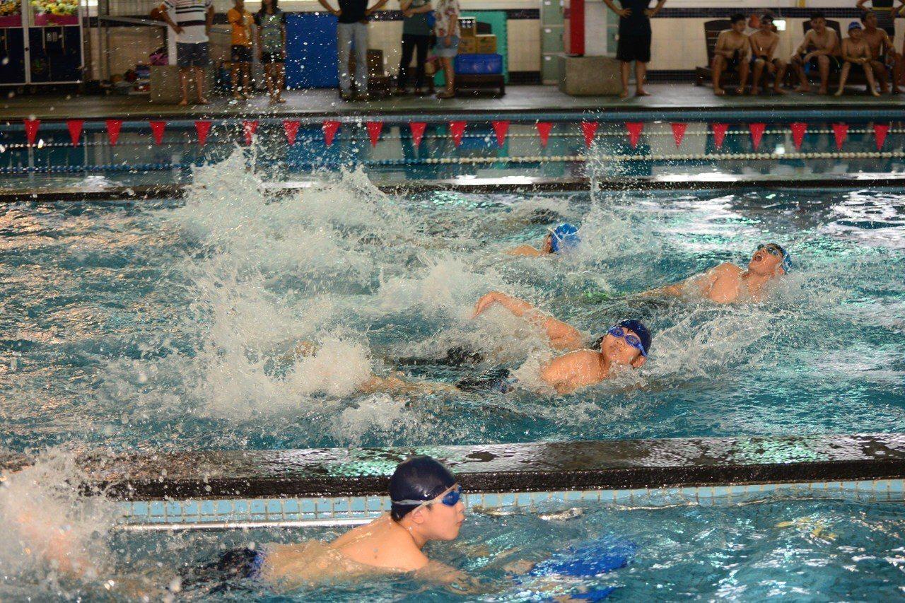 雲林縣斗六鎮東國小的畢業生,必須完成小鐵人兩項競賽,包括25公尺游泳挑戰,及12...