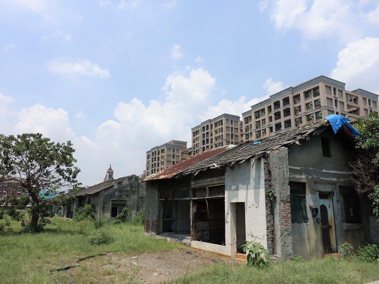 屏東市眷村修復腳步慢,有些區域已經圍籬圍了兩年尚未展開修復。記者翁禎霞/攝影