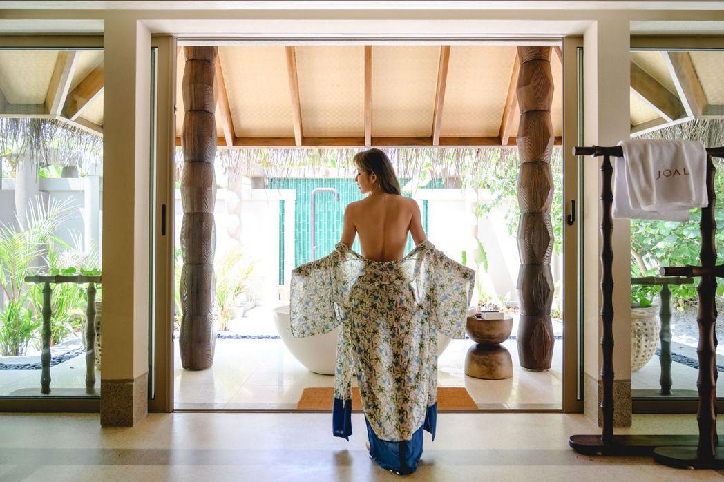 許維恩赴馬爾地夫拍攝形象廣告,大膽背部全裸,畫面美炸。圖/博海旅行社提供