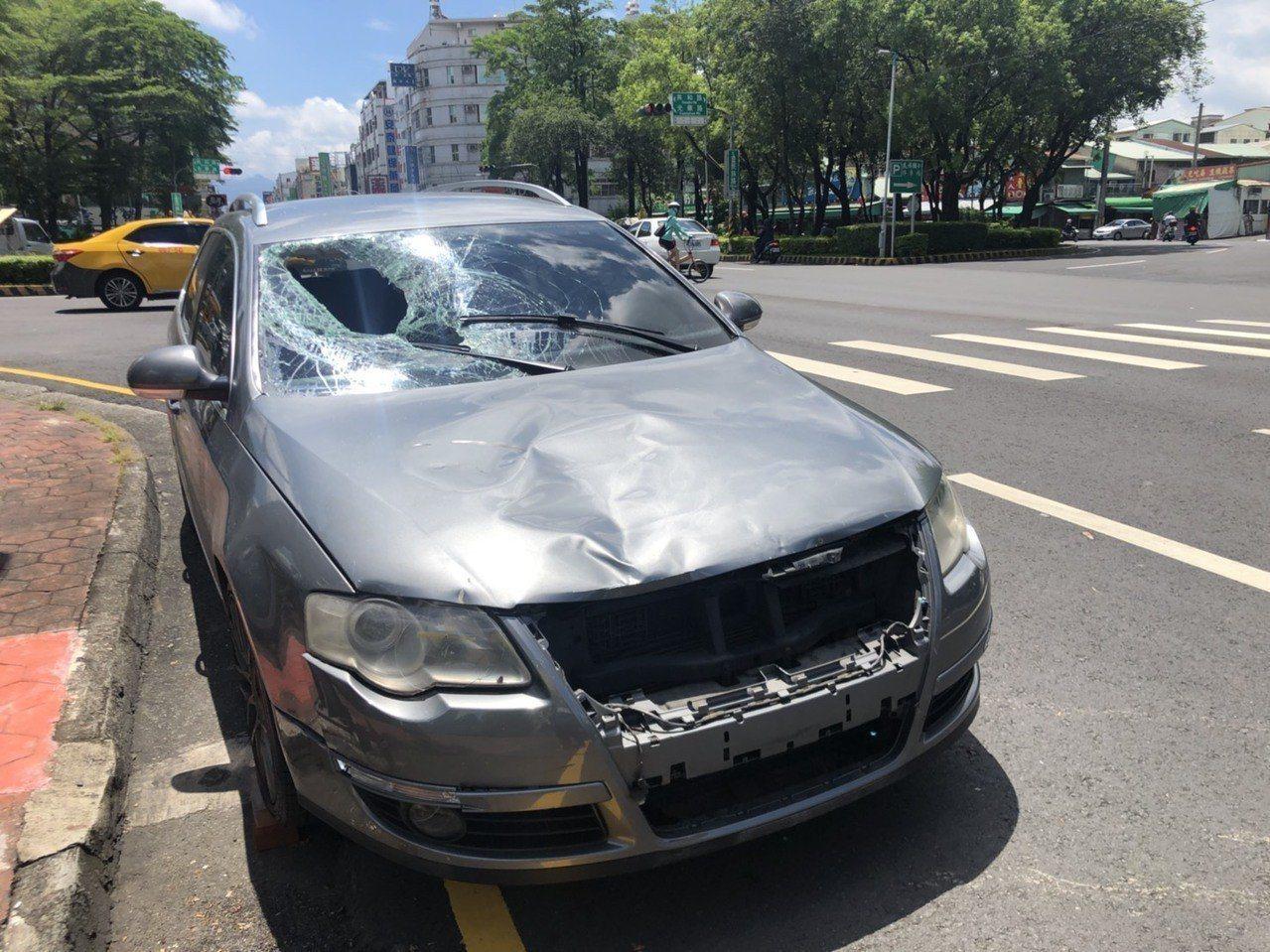 陳男車子的前擋玻璃被撞碎,婦人傷重不治。記者李承穎/攝影