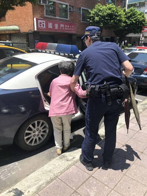 員警見老婦疑似患有失智症,便先將她帶回派出所安置。記者柯毓庭/翻攝