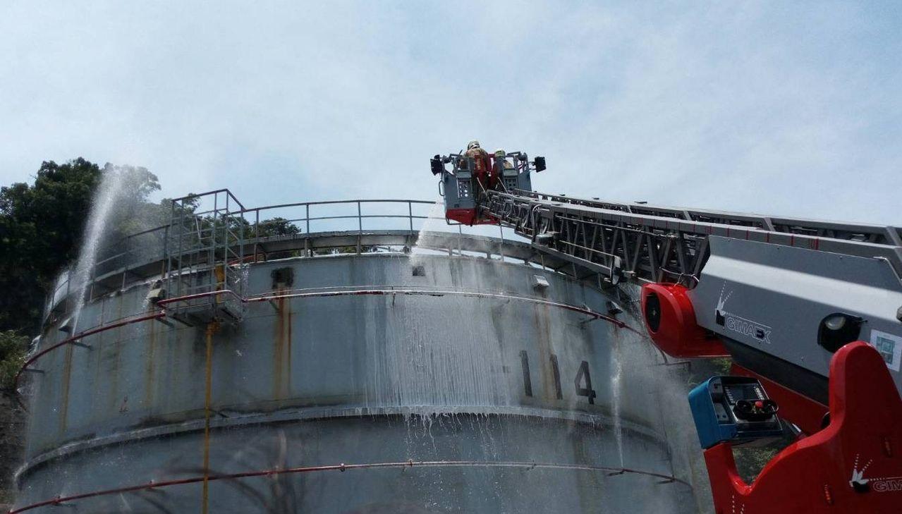 中山高五堵交流道附近的中油石門油庫中午傳出火警,基隆市消防人員到場確認油槽內沒有...