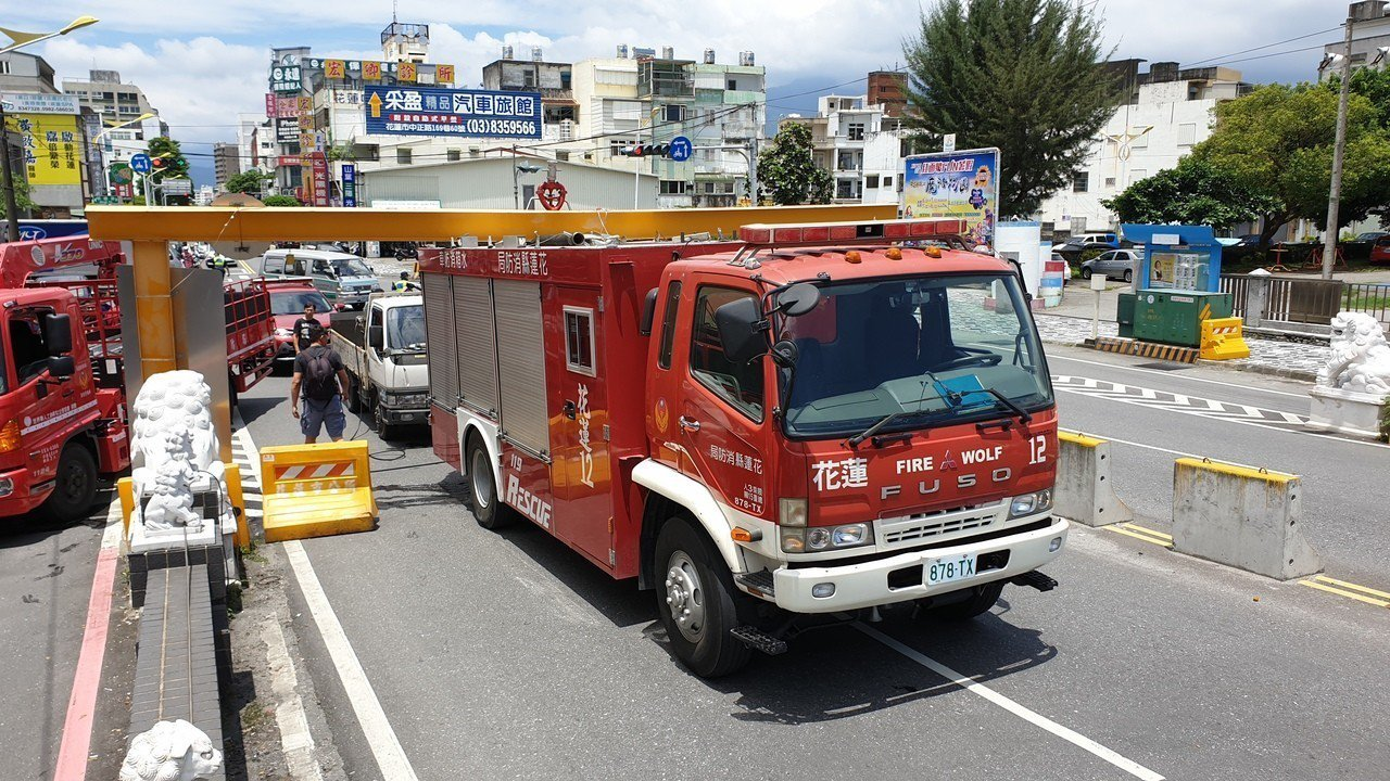 花蓮一輛消防水車卡在限高橋門鋼梁,一度動彈不得。圖/讀者提供