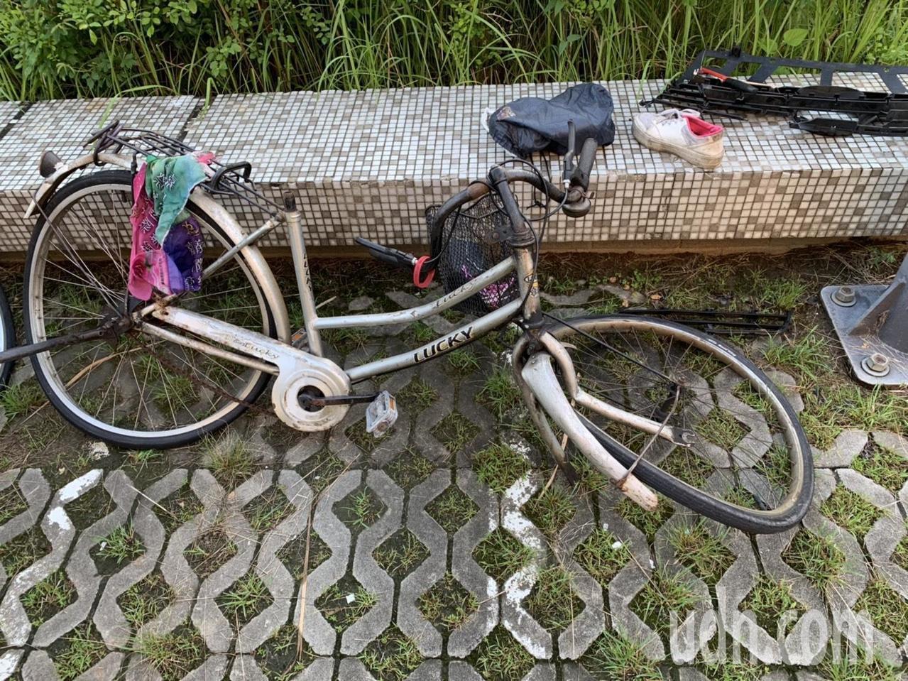 不幸往生的婦人腳踏車被撞擊後扭曲變形。記者李承穎/攝影