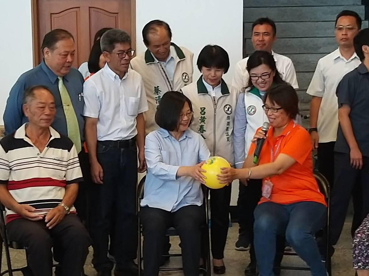 總統蔡英文到澎湖關懷長輩,在鐵線社區關懷據點與長輩互動玩遊戲。圖/讀者提供