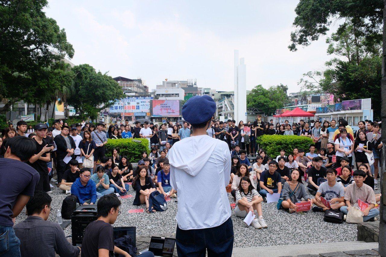 就讀輔大宗教系的吳姓港生上台表示,想讓大家知道香港人的家發生什麼事。