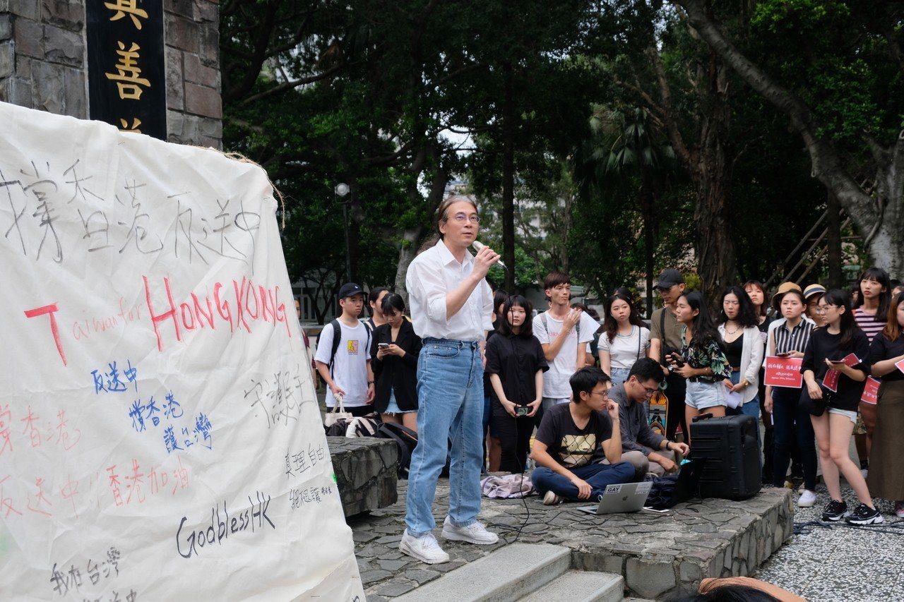 輔大歷史系教授陳君愷也力挺活動,表示應要一起努力保障台灣擁有的自由、民主跟人權。