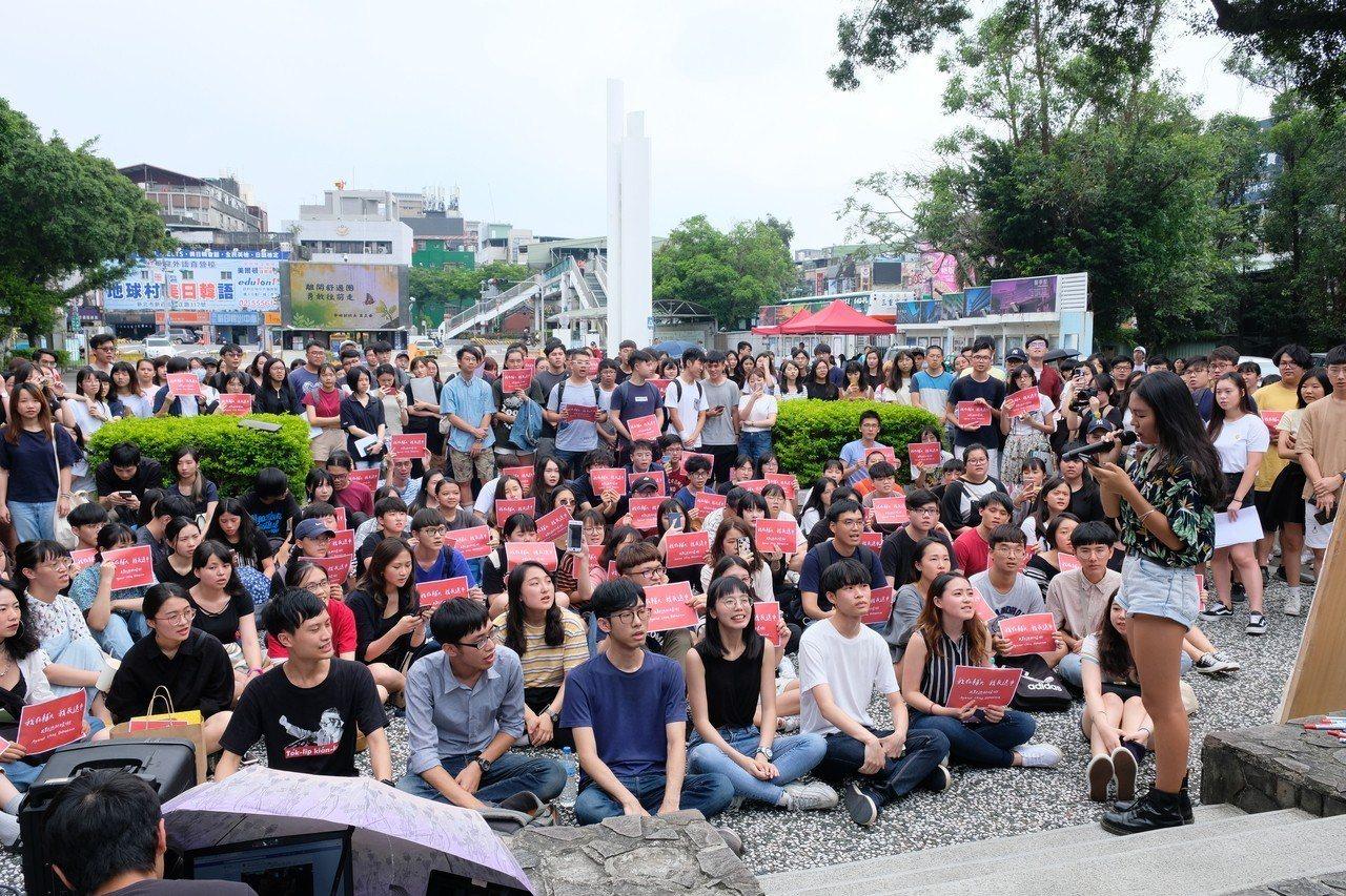 現場吸引近200名學生參與,齊聲高呼「我們是輔仁大學的學生,我們挺香港,反送中,...