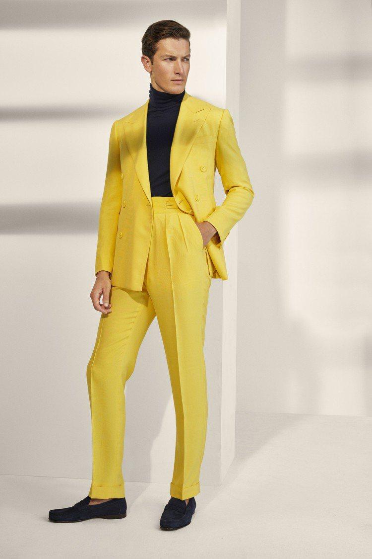 晚裝運用單排及雙排扣版型剪裁,以明亮的色調和輕盈的山東絲綢製成,內搭對比色針織高...