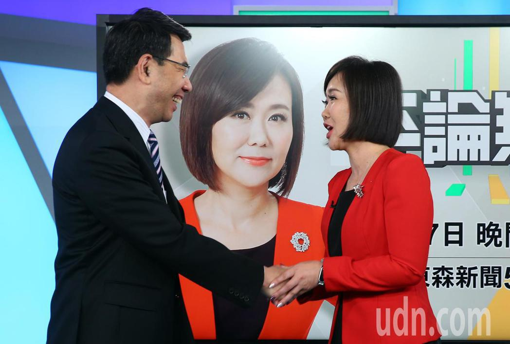 平秀琳(右)跳槽至東森新聞台,主持新節目《平論無雙 》,《關鍵時刻》主持人劉寶傑...