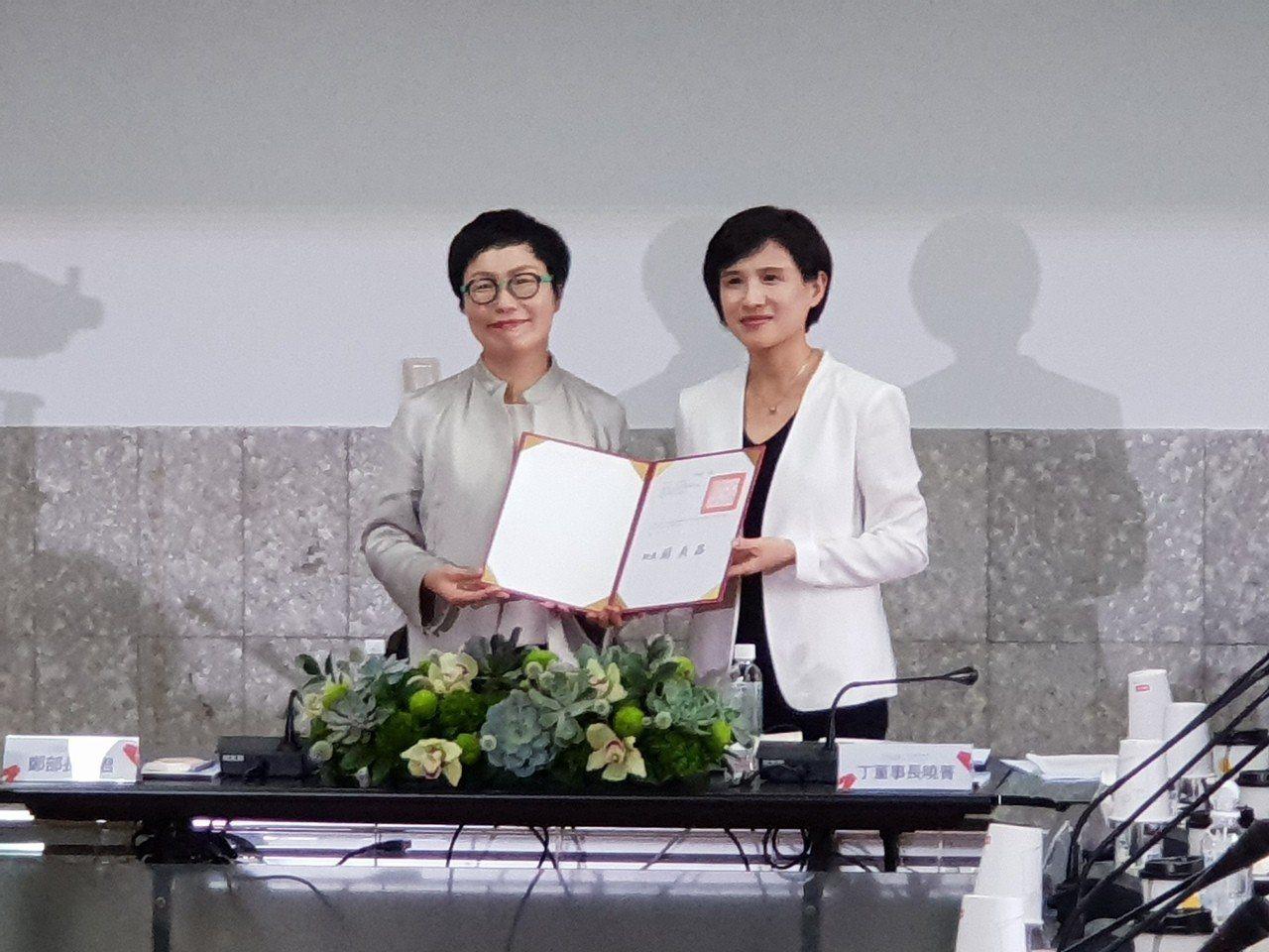 文化部長鄭麗君(右)頒發證書給文策院董事長丁曉菁。記者陳宛茜/攝影