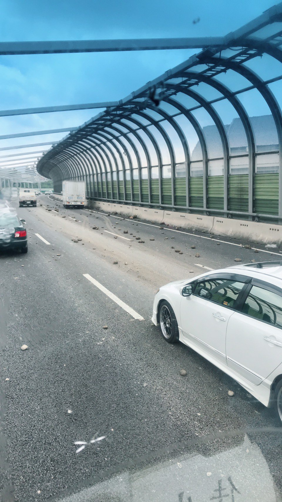 台74線西往東20.8k處(潭子段)今天上午有碎石散落地面,引發兩輛車閃避不及而...