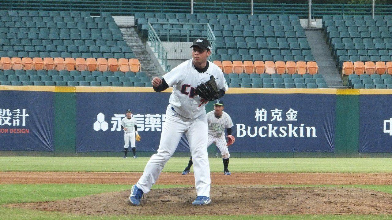 台灣體育大學棒球隊投手陳冠偉首次參加中職測試會,指叉球夠水準。記者藍宗標/攝影