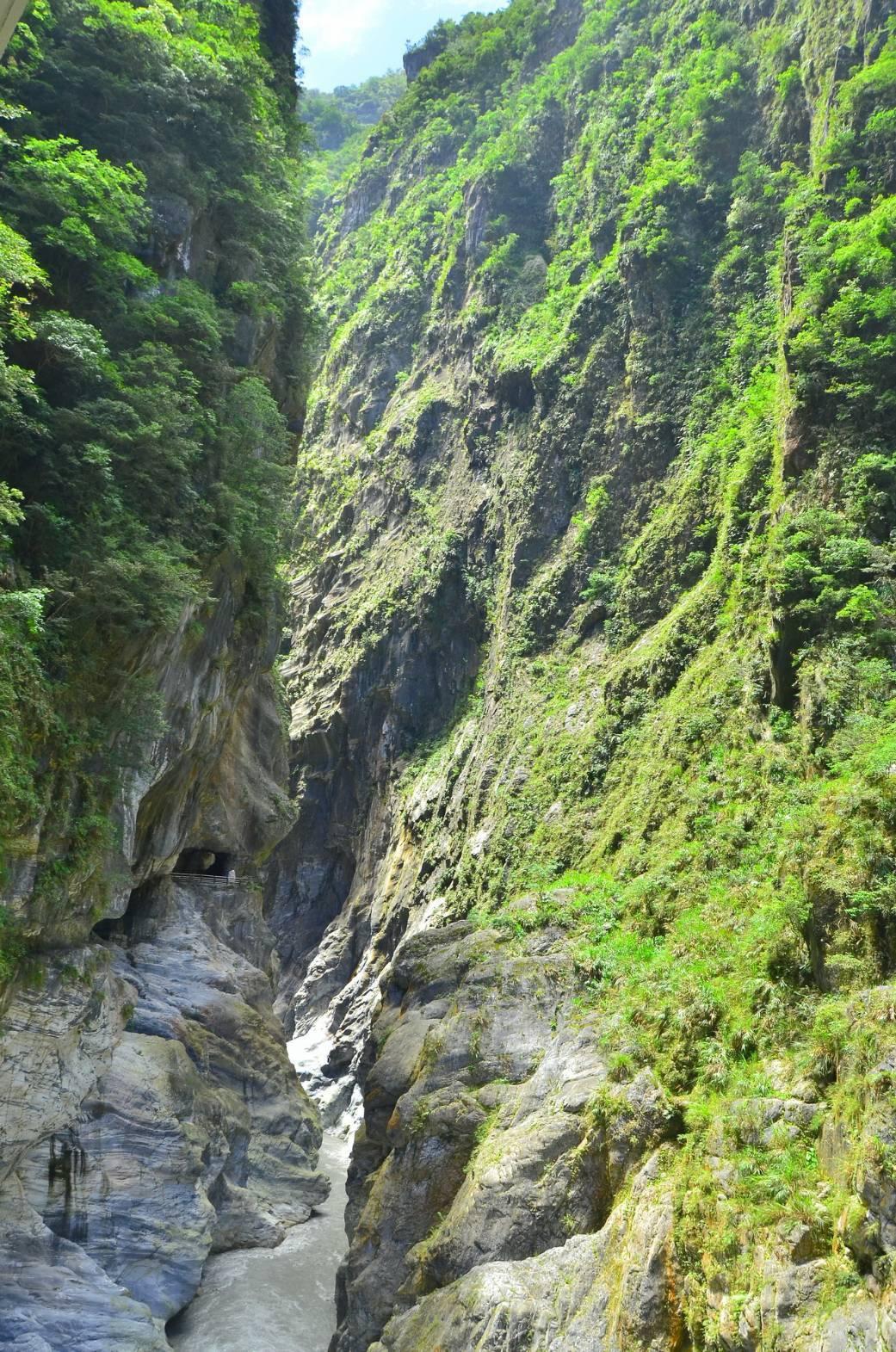 太魯閣國家公園裡的九曲洞兩岸相距僅21公尺,是著名觀光勝地。圖/太魯閣國家公園管...