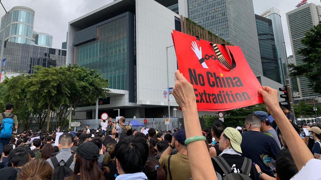 有示威者要求見特首林鄭月娥。 圖/取自星島網