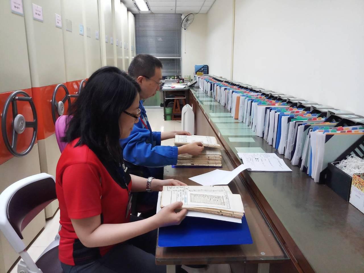 戶所人員清查日治時期及光復初期之紙本戶籍資料。圖/新竹市府提供