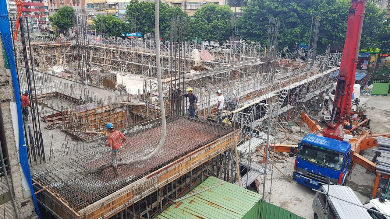 新北市民安國小地下停車場目前正在施工,也在前瞻計畫第2期補助停車場建設計畫中。圖...