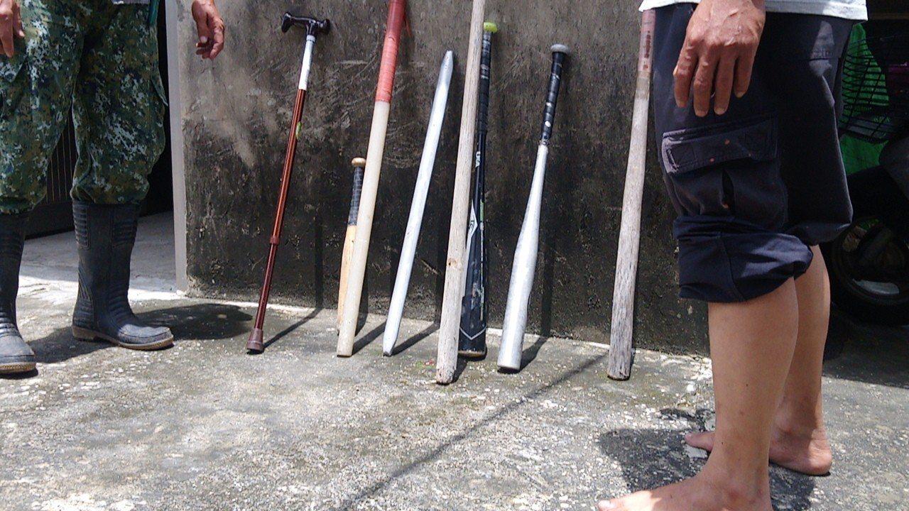 村民聽說砍人兇嫌即將交保,準備棒等自保。記者謝恩得/攝影