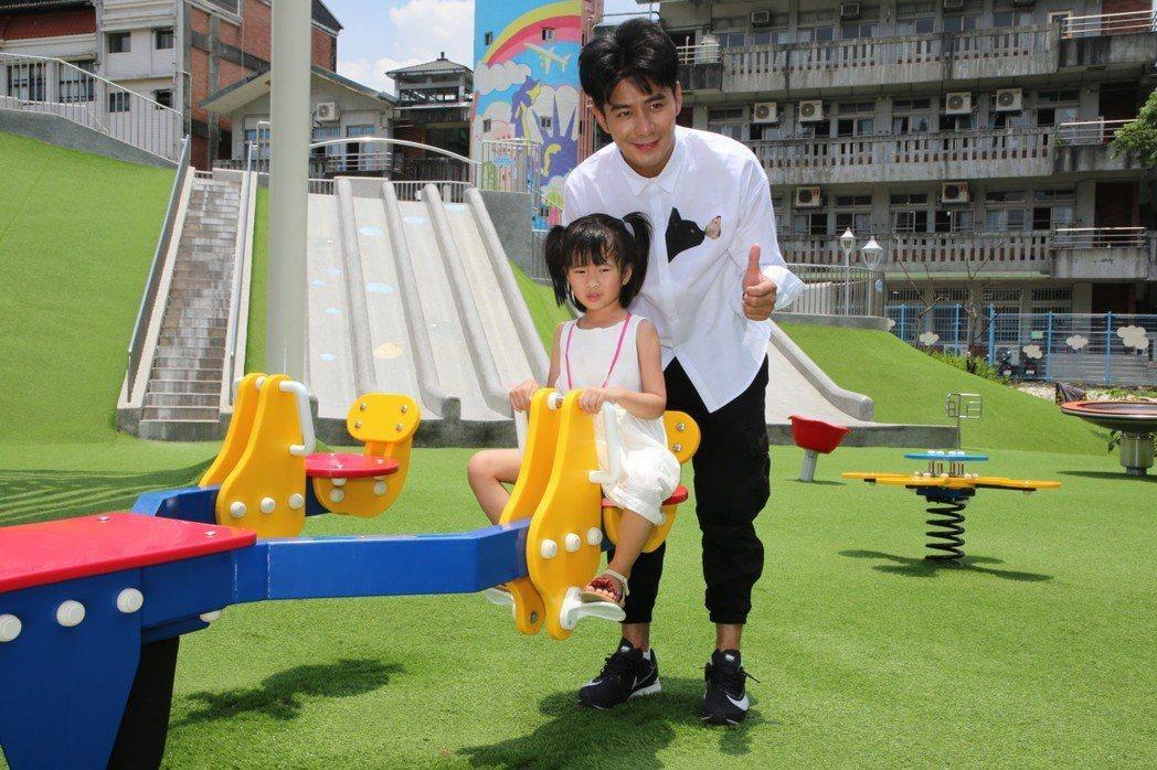 藝人郭彥均受到「保庇新北市」封面邀請,帶著全家大小到汐止白雲公園體驗,孩子都玩得...