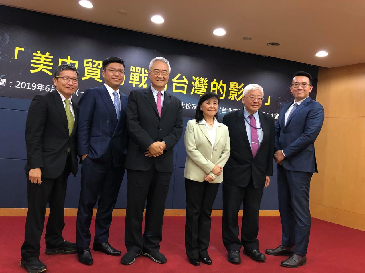 台新投顧總經理李鎮宇(左二)於北威夏季論壇表示,聯準會降息意味著景氣不佳,應該不...