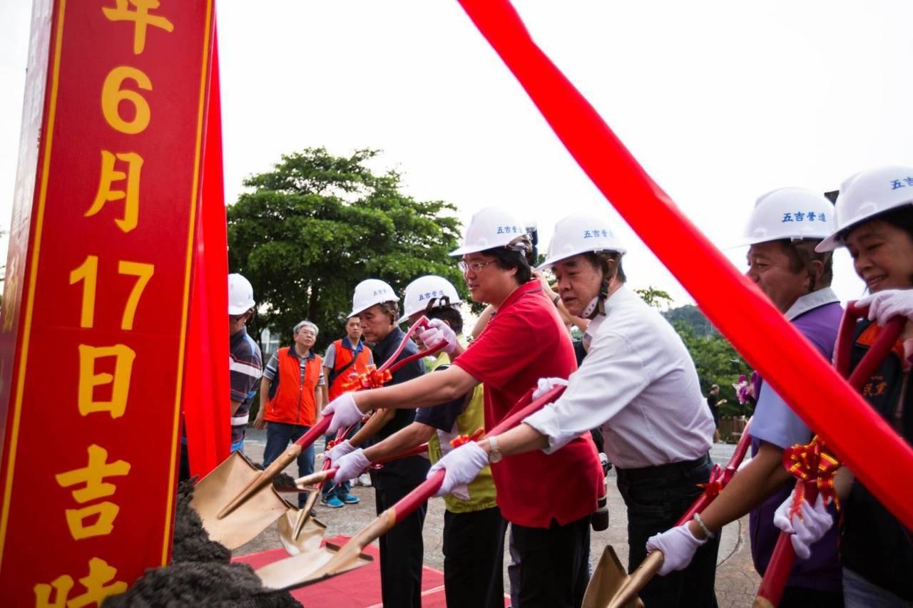 實踐路示範道路今天動工了,市長林右昌和當地民代持鏟動土,期許如期如質完工後,提供...