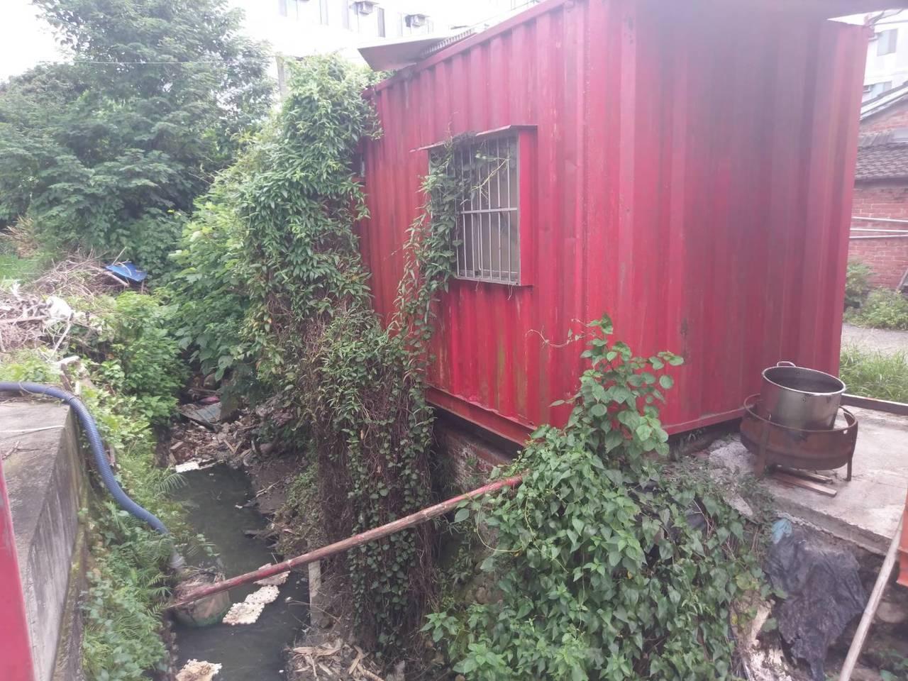 私人在排水溝旁放置的貨櫃屋,將請水利會調查是否佔用國有地。圖/嘉義縣政府提供