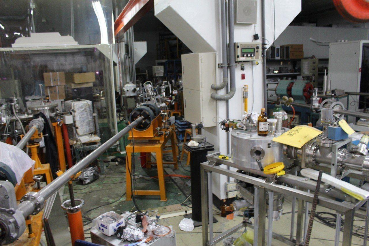 清華大學教授楊銀圳說,核融合是重氫與重氫碰撞成為氦,而放出萬瓦度大能量。記者張雅...