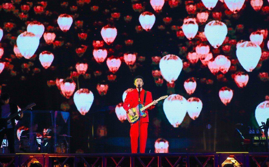 李榮浩在「年少有為」世界巡演深情地自彈自唱。圖/上引娛樂提供