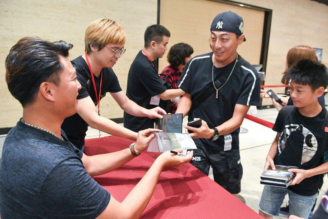 王建民特別出席紀錄片「後勁:王建民」全台唯一一場DVD簽名會。圖/牽猴子整合行銷...
