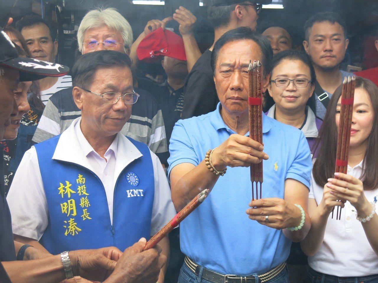 郭台銘攜夫人曾馨瑩下午來到竹山紫南宮參拜,受到民眾的熱烈歡迎。記者黑中亮/攝影