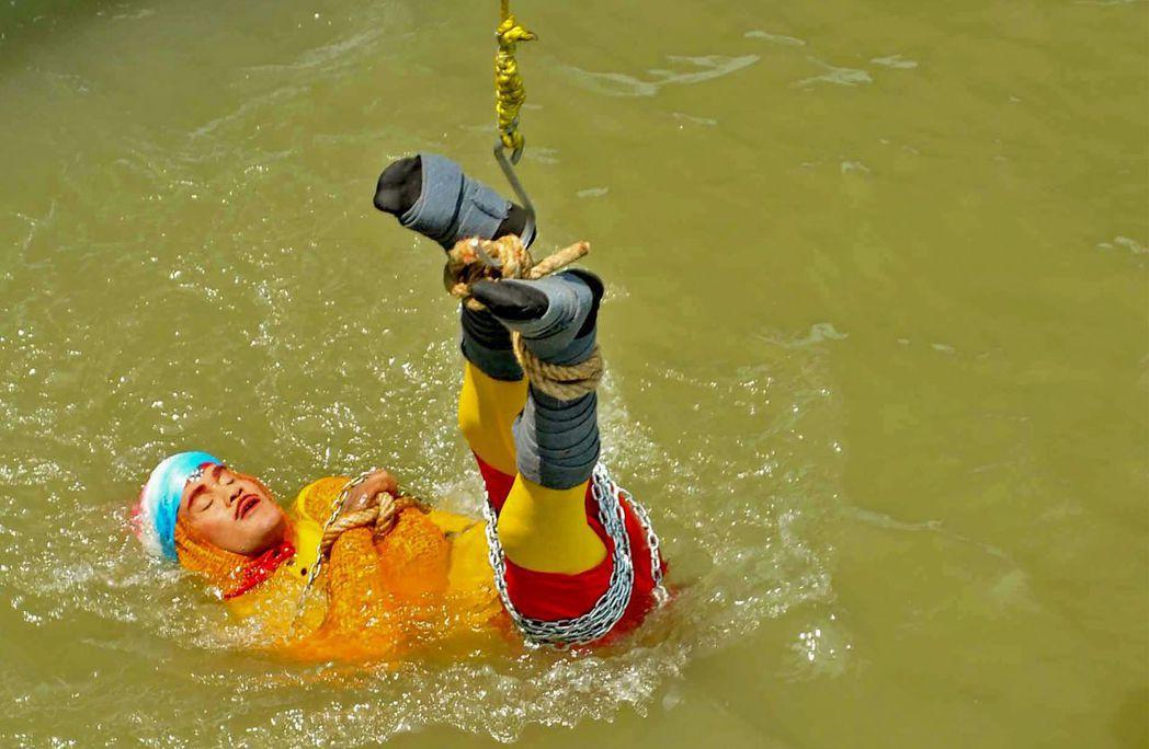 印度魔術師拉希里16日在流經加爾各答的恆河表演水中脫逃術。法新社