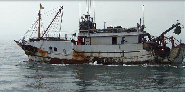 高雄籍漁船「有豐688號」被海巡署查獲違規讓大陸漁工在境內水域作業。記者林昭彰/...