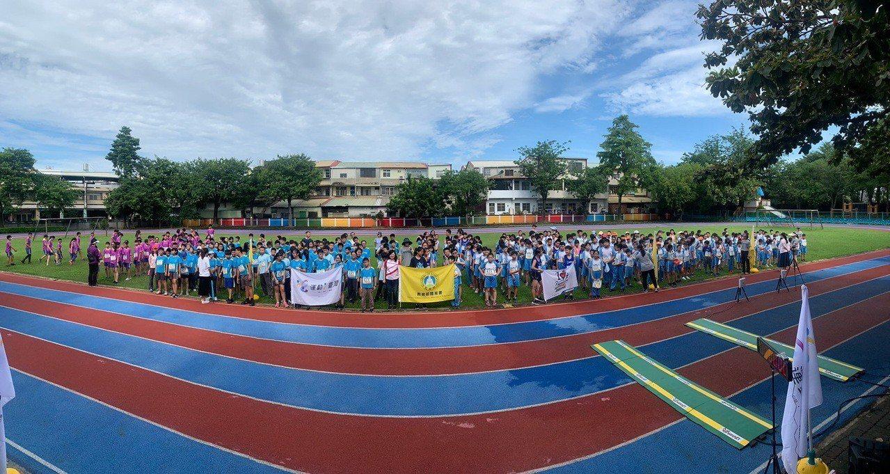 田中鎮5所學校學生在三潭國小運動場集合後路跑。照片/舒康運動協會提供