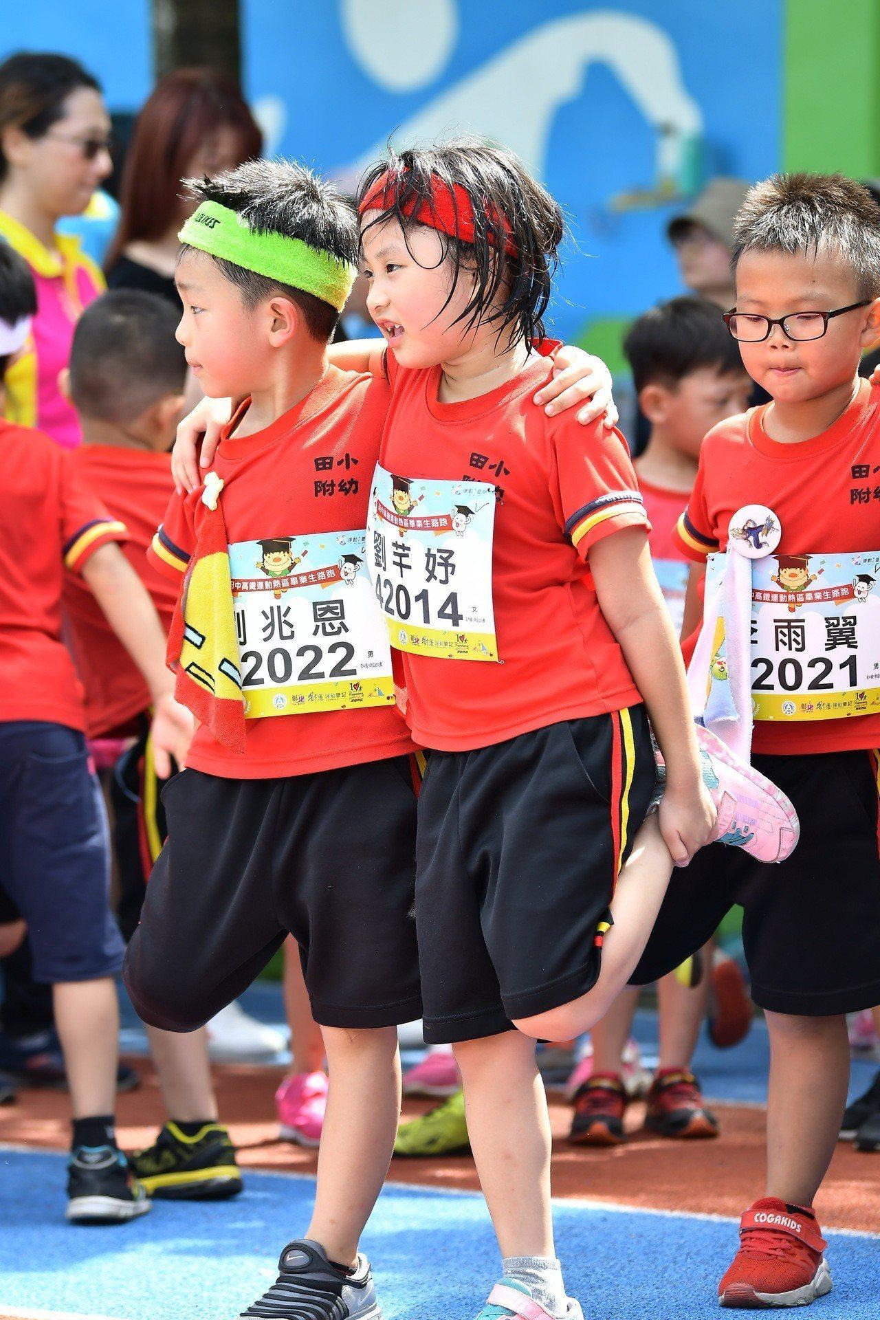 幼兒園小選手路跑前熱身的情形。照片/舒康運動協會提供