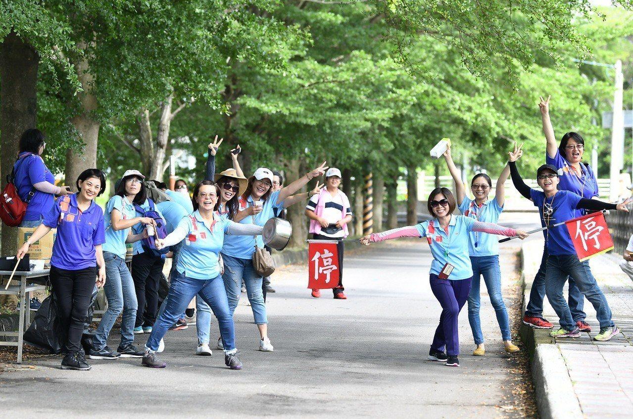 新民國小老師和中潭社區民眾是鼓勵小選手的熱情啦啦隊。照片/舒康運動協會提供