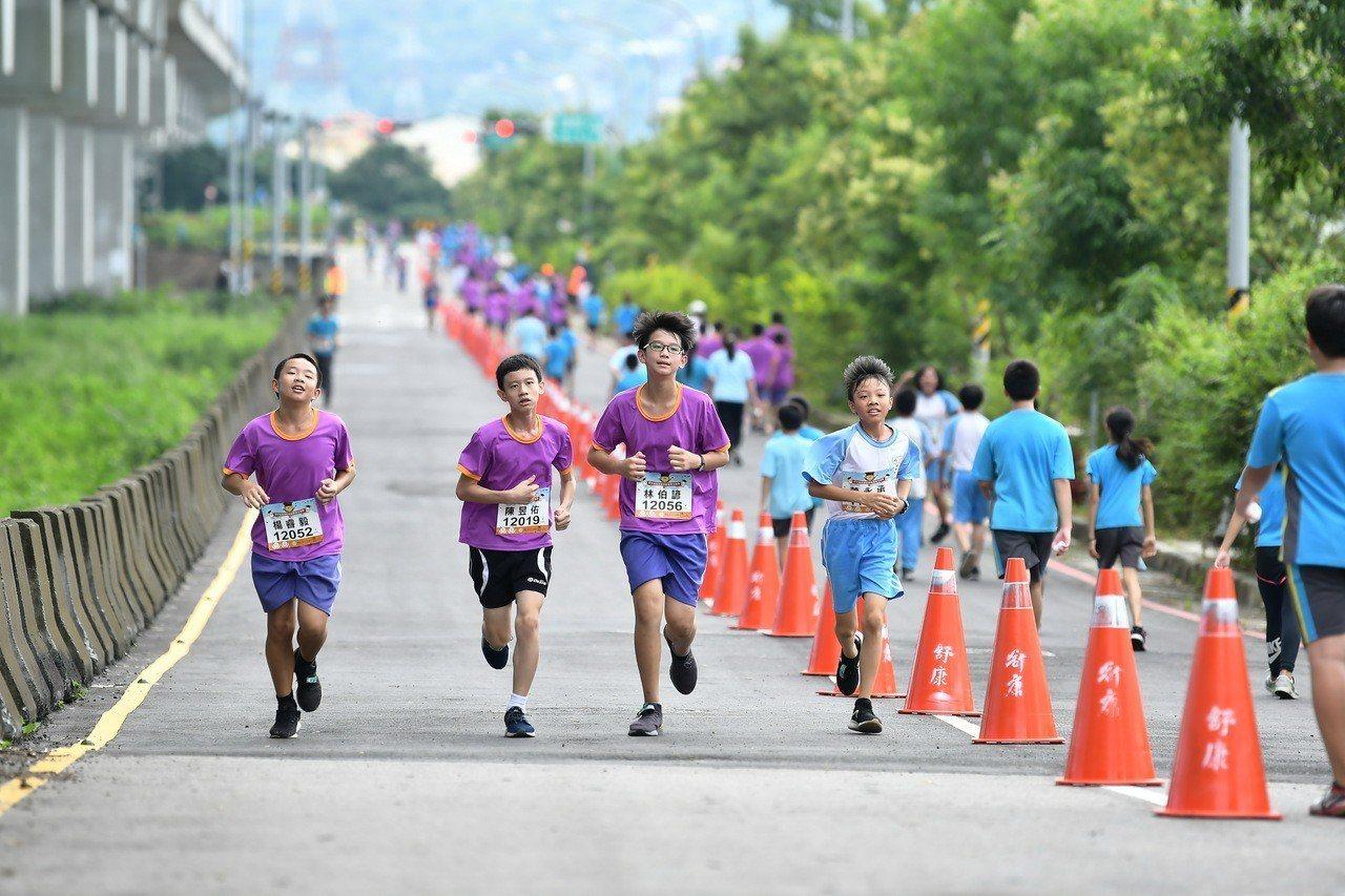 田中鎮5所學校學生路跑經過高鐵彰化站特定區周邊道路。照片/舒康運動協會提供