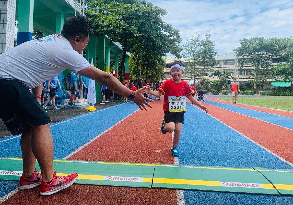 小選手開心跑完全程,跑回三澤國小終點。照片/舒康運動協會提供