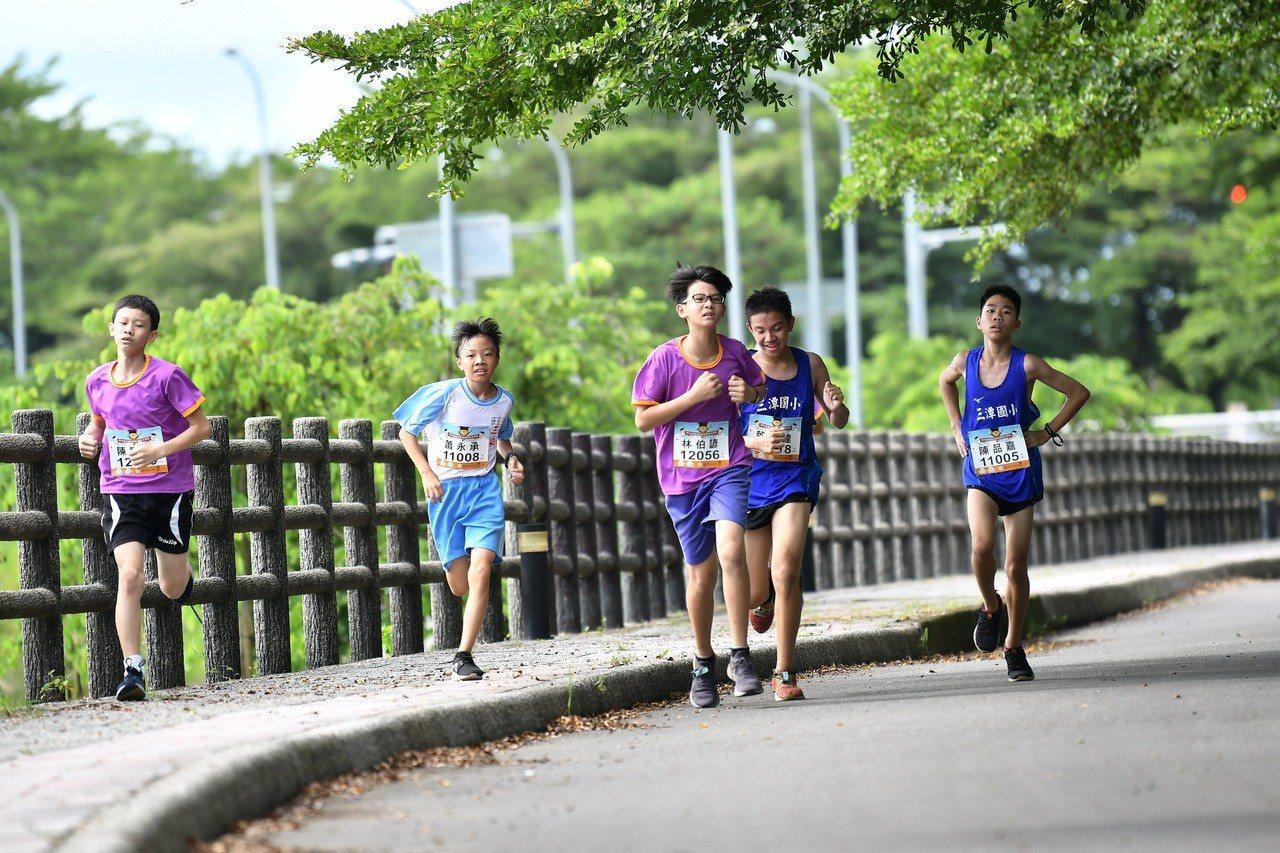 田中鎮5所學校學生沿著八堡圳路跑情形。照片/舒康運動協會提供