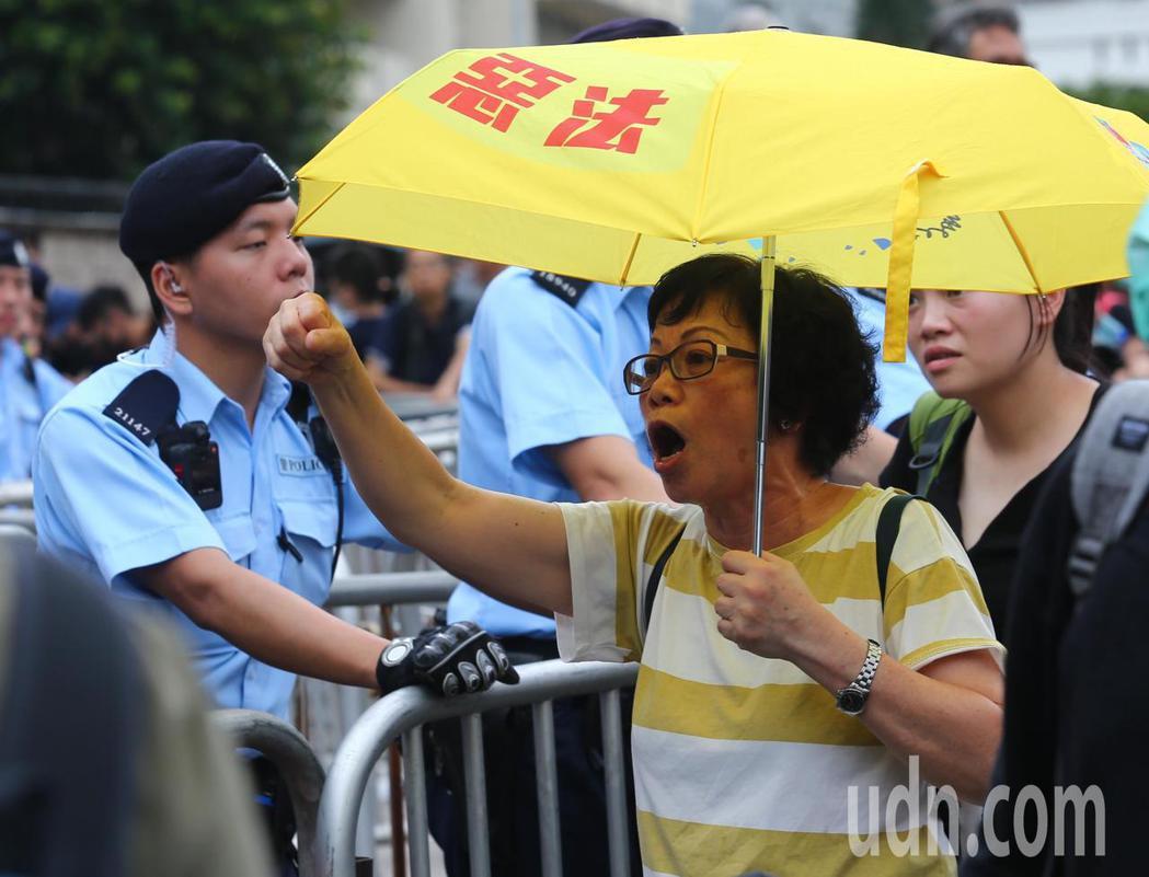 香港特首辦外圍,抗議群眾逐漸聚集,要求林鄭月娥出來對話,並高呼「撤回」口號。特派...