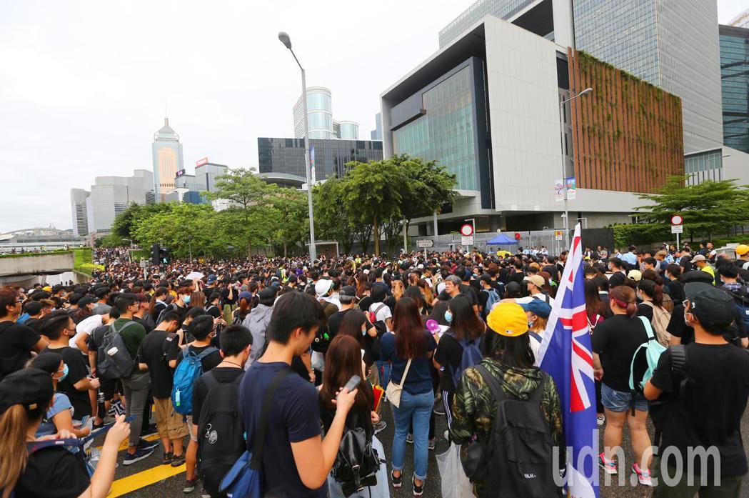 香港特首辦外圍,抗議群眾逐漸聚集。特派記者王騰毅/攝影