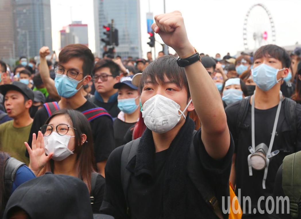 香港特首辦外圍,抗議群眾要求林鄭月娥出來對話,高呼「撤回」口號。特派記者王騰毅/...