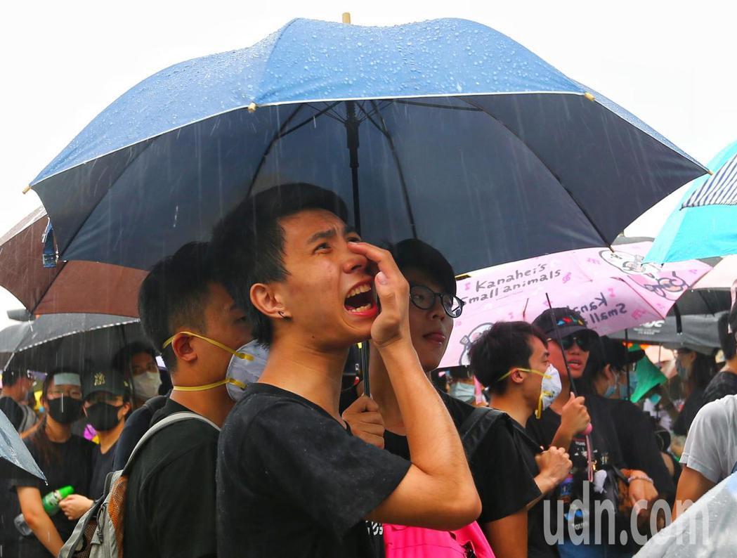 香港特首辦外圍,抗議群眾在雨中撐傘、呼口號,要求林鄭月娥出來對話,。特派記者王騰...