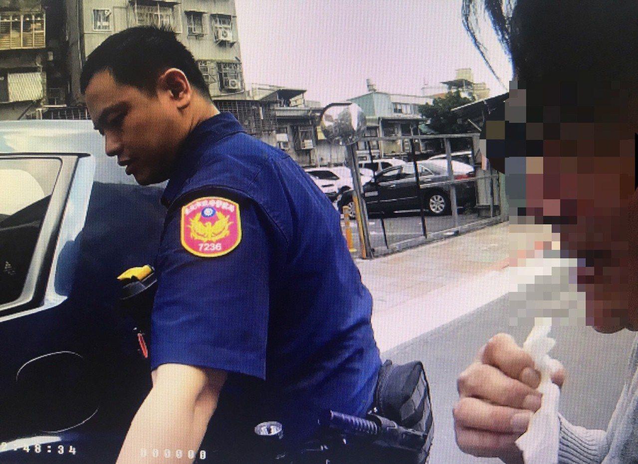 警方安撫赴任並將她帶回派出所。圖/記者廖炳棋翻攝