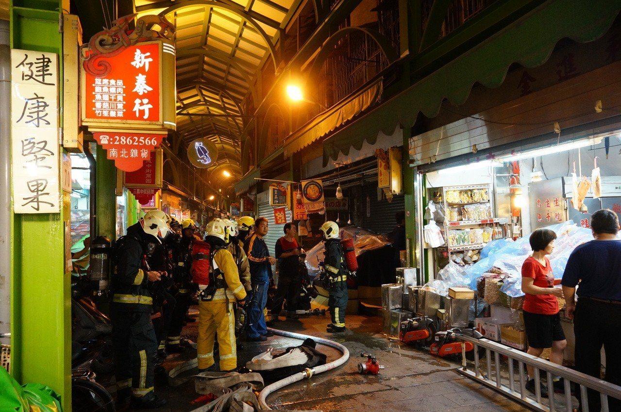 高雄三鳳中街今晚驚傳冒出濃煙,幸好虛驚一場。記者林伯驊/攝影